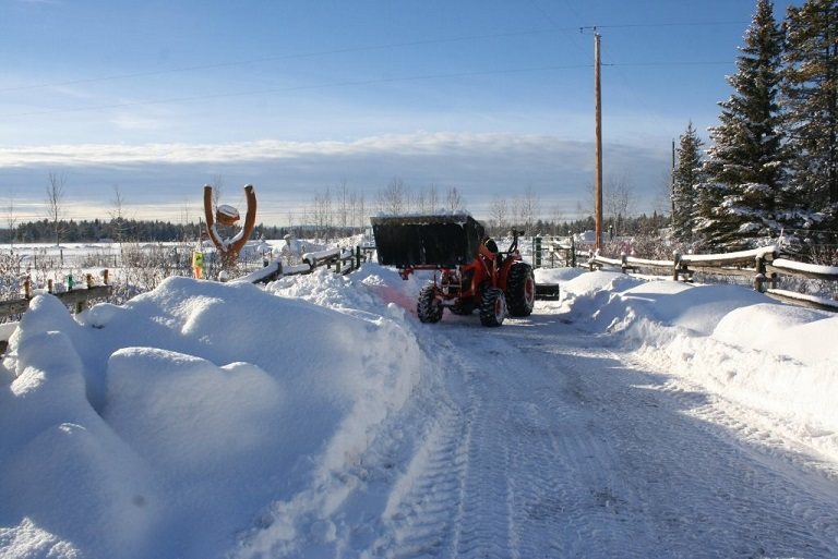 tractor piling snow driveway jan 1 2014 IMG_0879.jpg